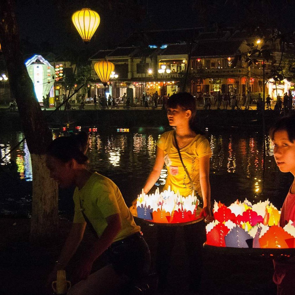 Girls selling papper lanterns in Hoi An