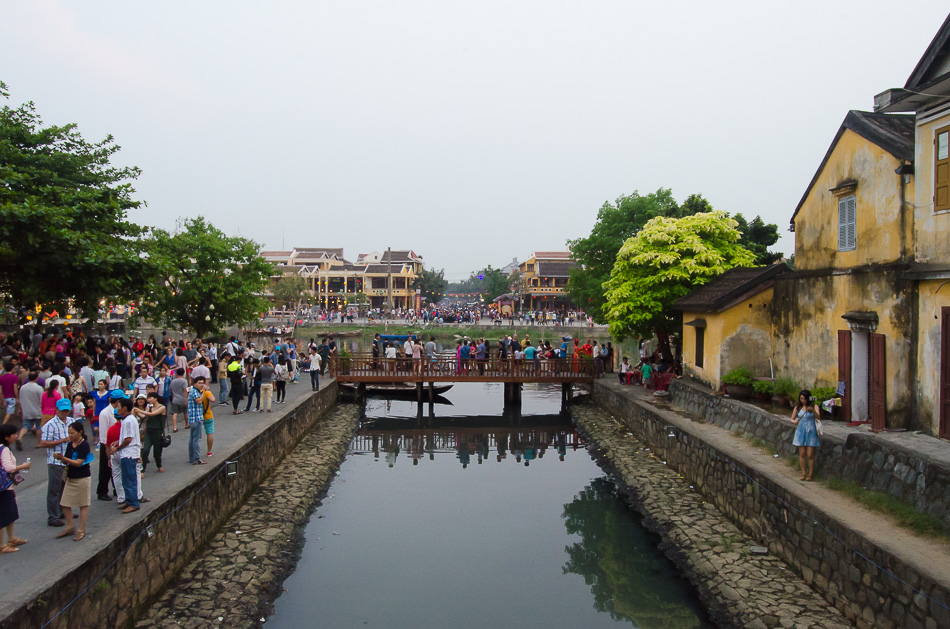 Hoi An ancient town filled with people