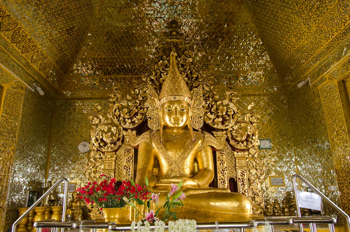 Golden buddha inside Sandamuni Paya